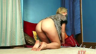 Lilly banks dabbles her pussy before falling asleep