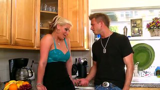 A blonde cougar gives an amazing blowjob