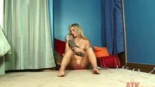 Enticing blondy lilly banks plays with her cunt