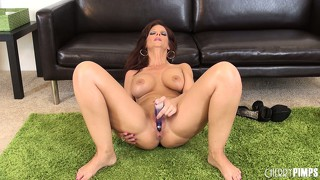 Syren de mer bangs her neatly trimmed twat with a vibrating dildo