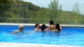 Adria, leo, lily, megana and mia in a pool