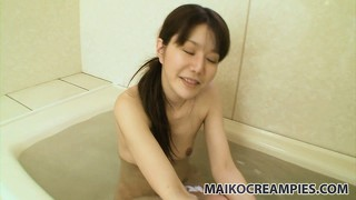 He pleases her twat with a vibrator and she gives him a great blowjob in the bathtub