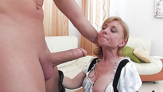 Granny, Uniform, Hausangestellte, Cumshot, Blond