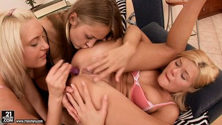 These lesbian bimbos are all about going down on each other's ass