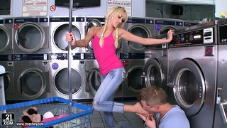 Blonde in skinny jeans blows a guy while he sucks on her toes
