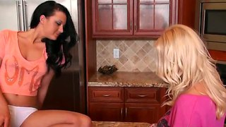 Savannah paige makes out with molly cavalli