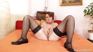 Chubby mature slut is gaping her cunt