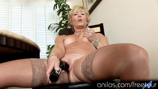 Mature housewife fucks vibrating sex-toy