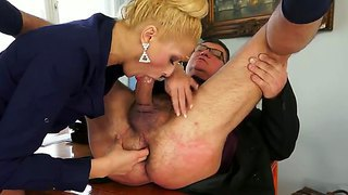 Blonde slut chary kiss likes to please her boss with impressive deepthroat sucking