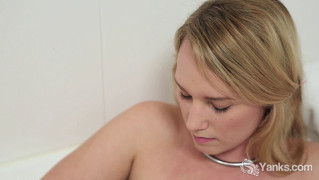 Sexy kim masturbating her pussy in bath