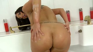 Jordan ash licking shaved pussy of appetizing kelly divine in the bathroom