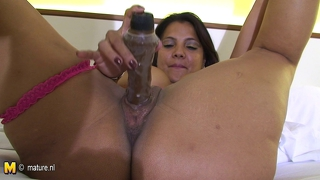 Latina mother loves to show her hot ass