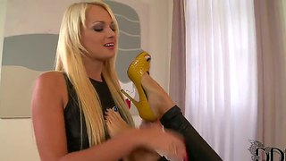 Clara g. and ivana sugar have a little foot fun