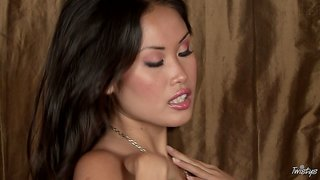 Gorgeous asian girl beverly rubs her trimmed snatch