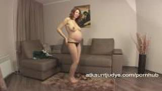 Pregnant amateur iviola fingers her pussy