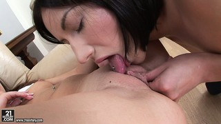Two sweet babes love the taste of pussy and lick each other up