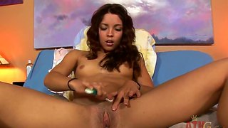 Glamour beauty is making pussy clean shaved