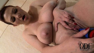 The stacked cougar slides every inch of that blue sex toy in her peach and loves it